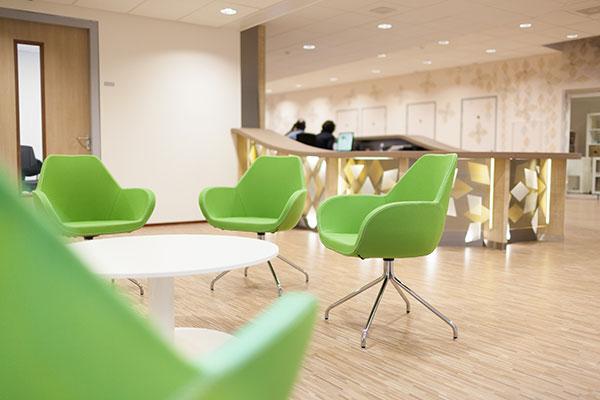 witte ronde tafel met groene stoelen
