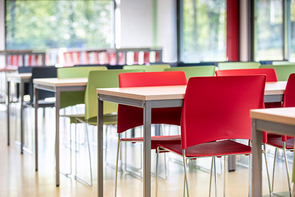 Kantinetafels met gekleurde stoelen