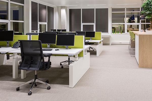 Computerruimte met groene scheidingswanden