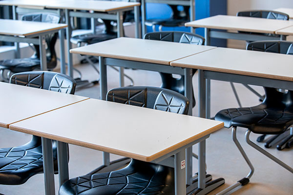 Leerlingentafels met zwarte stoelen