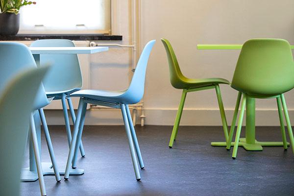 Groene en blauwe tafels en stoelen
