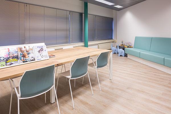 houten tafel met bluawe stoelen