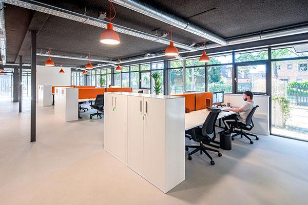 Witte bureaus met oranje scheidingswanden