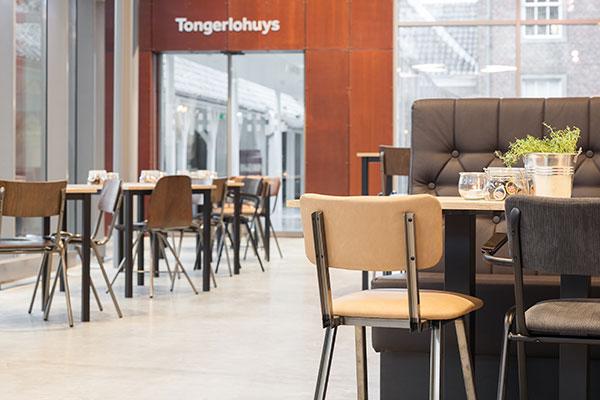 Houten tafels met horeca stoelen