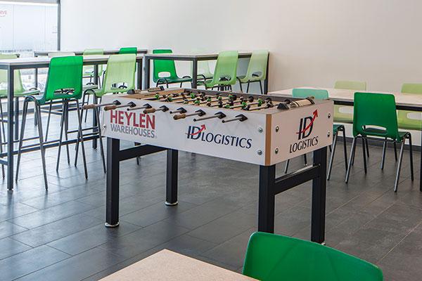 Witte tafels met doorzichtig-groen stoelen