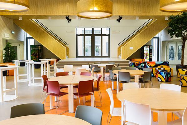 Ronde witte tafels met gekleurde stoelen