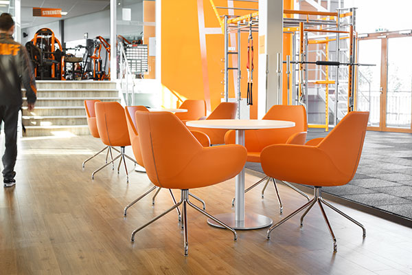 Witte ronde tafels met oranje stoelen