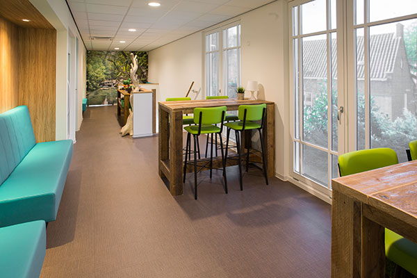 Houten hoge tafels met groene krukken