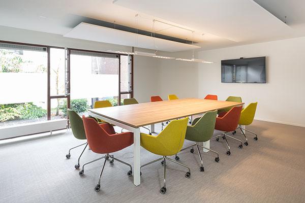 vergadertafel wit metaal houten blad bureaustoelen