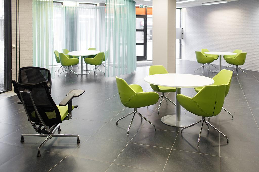 witte ronde vergadertafel groene stoelen