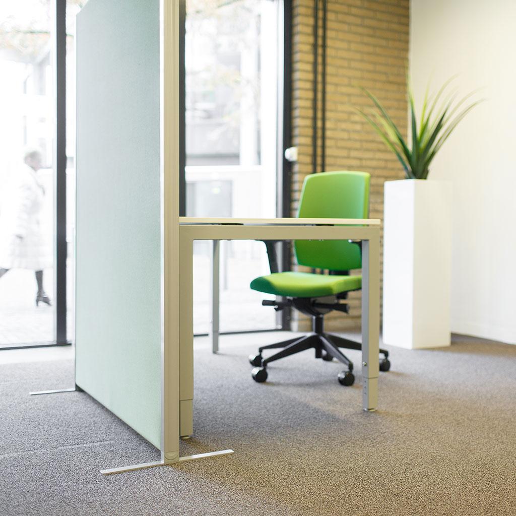 groene bureaustoel scheidingswand