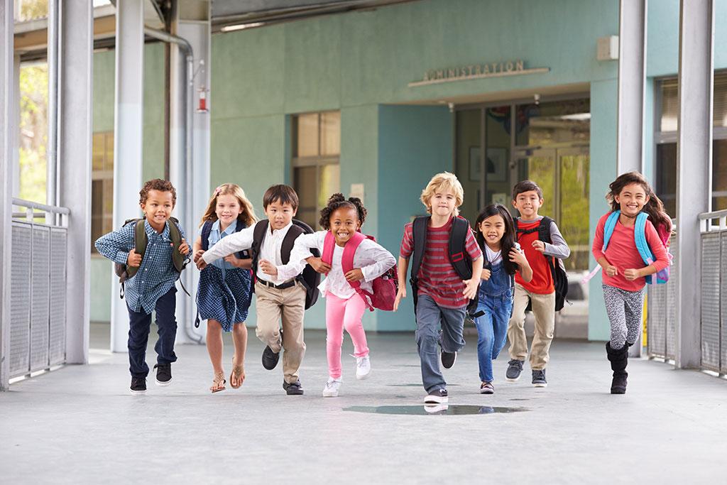 Rennende kinderen in de gang