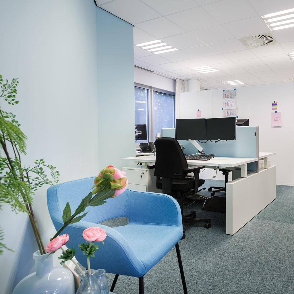 wit bureau scheidingswand bureaustoel en blauwe stoel