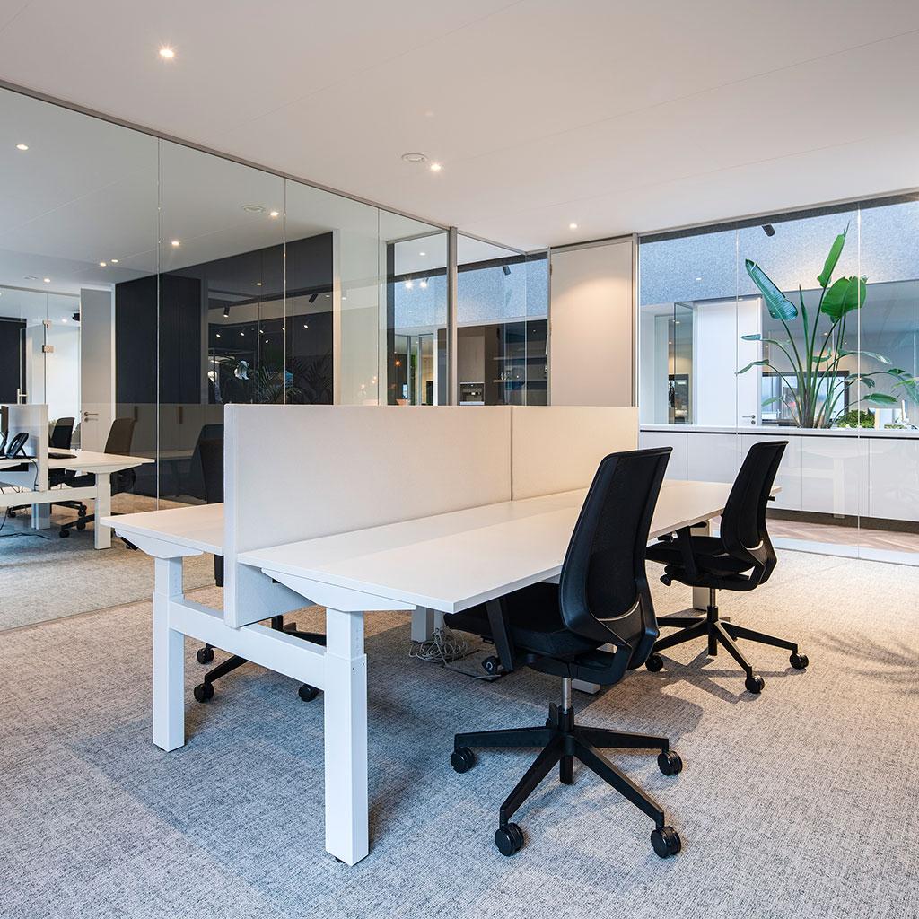 wit in hoogte verstelbaar bureau scheidingswand en bureaustoel zwart