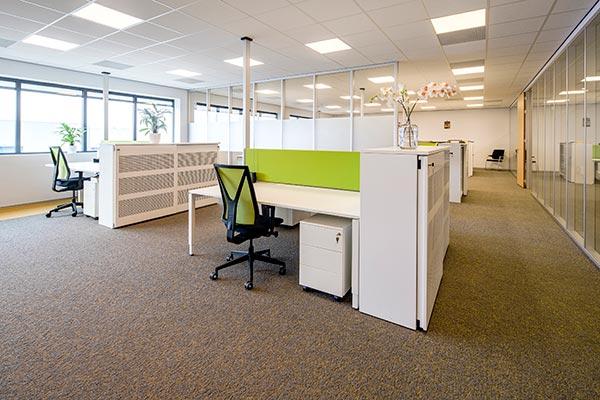 Wit met groene kantoorinrichting