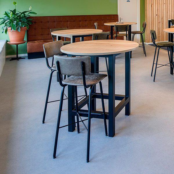 Houten ronde tafel met industriele stoelen