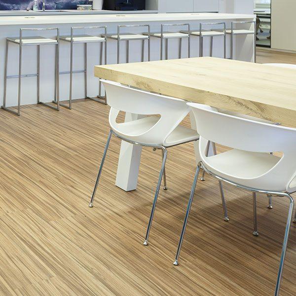 Houten tafel met witte stoelen
