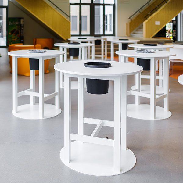 Witte ronde tafels met zwarte bak