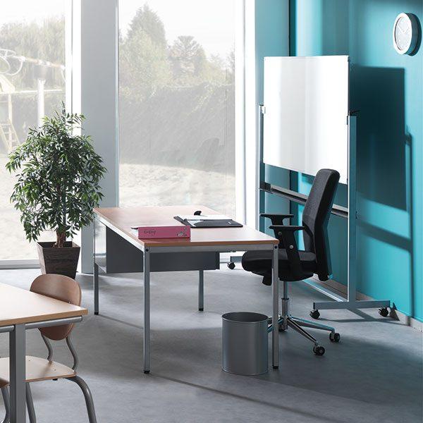 hout bureau met zwarte bureaustoel