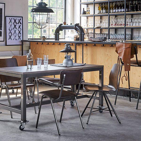 Houten tafel met mix van stoelen