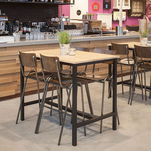 Houten tafel met hoge houten krukken