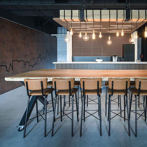Hoge houten vergadertafel met hoge krukken