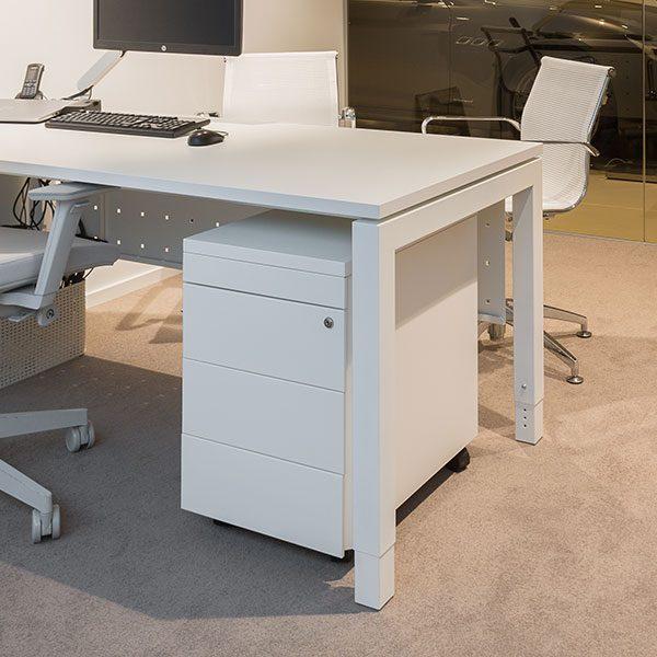 Wit bureau met witte bureaukast